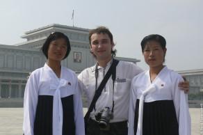 В Северной Корее у мавзолея Ким Ир Сена
